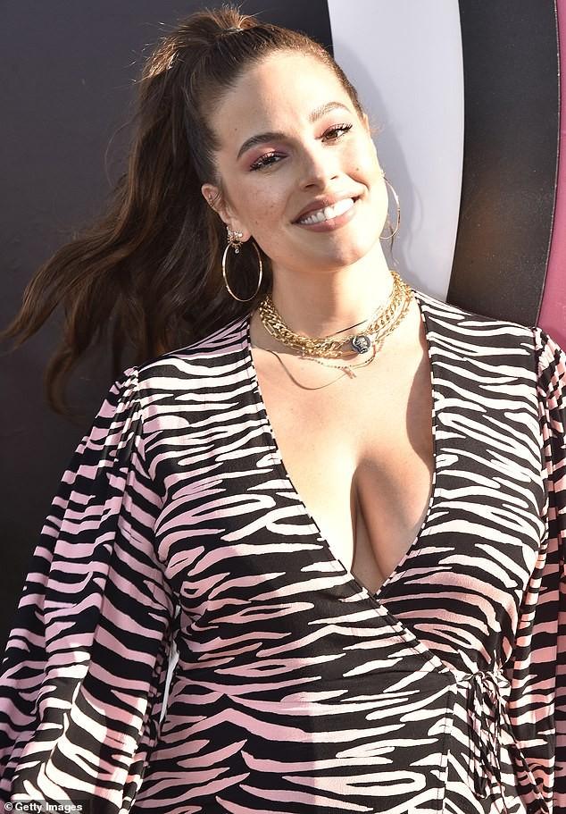 Siêu mẫu ngoại cỡ Ashley Graham phô ngực đầy nóng bỏng  - ảnh 2
