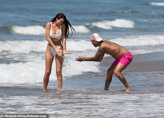 Siêu mẫu ngực khủng quá sexy với bikini ở biển - ảnh 1