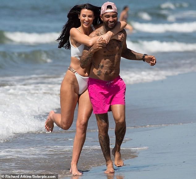 Siêu mẫu ngực khủng quá sexy với bikini ở biển - ảnh 2