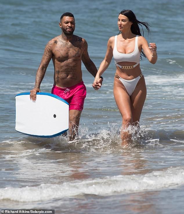 Siêu mẫu ngực khủng quá sexy với bikini ở biển - ảnh 4