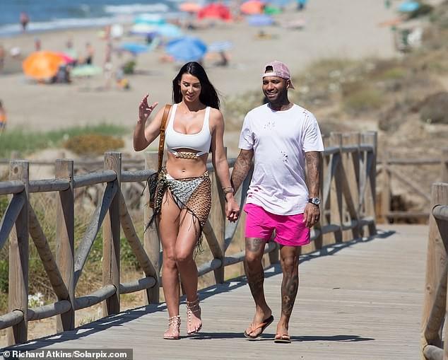 Siêu mẫu ngực khủng quá sexy với bikini ở biển - ảnh 7