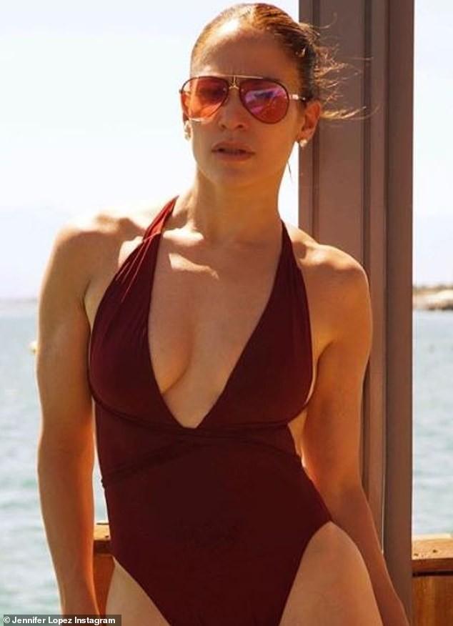 Jennifer Lopez khoe ảnh áo tắm quyến rũ ngất ngây ở tuổi 50 - ảnh 2