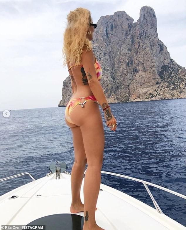 Rita Ora mặc váy lụa, không áo ngực khiến fan 'hốt hoảng' - ảnh 4
