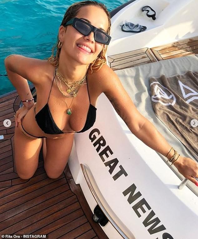 Rita Ora mặc váy lụa, không áo ngực khiến fan 'hốt hoảng' - ảnh 6