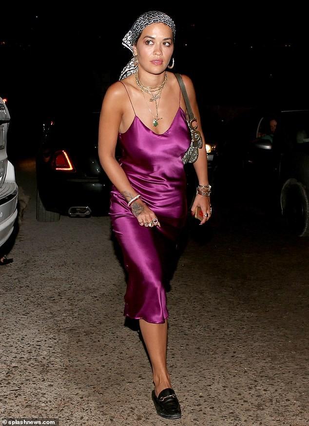 Rita Ora mặc váy lụa, không áo ngực khiến fan 'hốt hoảng' - ảnh 1