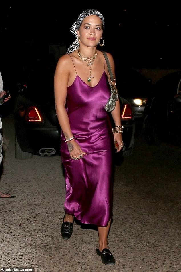 Rita Ora mặc váy lụa, không áo ngực khiến fan 'hốt hoảng' - ảnh 3