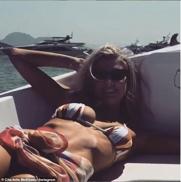 Chân dài 9x Charlotte McKinney quyến rũ mê đắm trên biển - ảnh 4