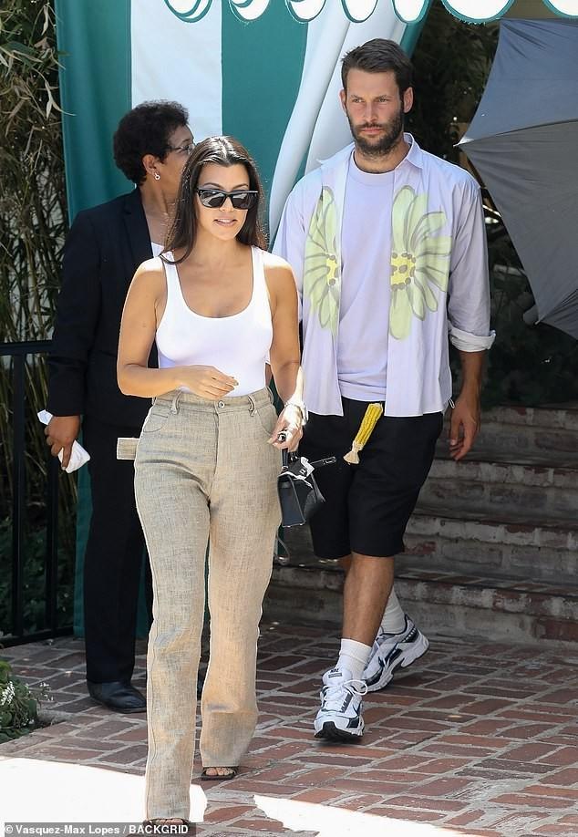 Kourtney Kardashian phanh áo khoe ngực đầy gợi cảm ở tuổi 40 - ảnh 4