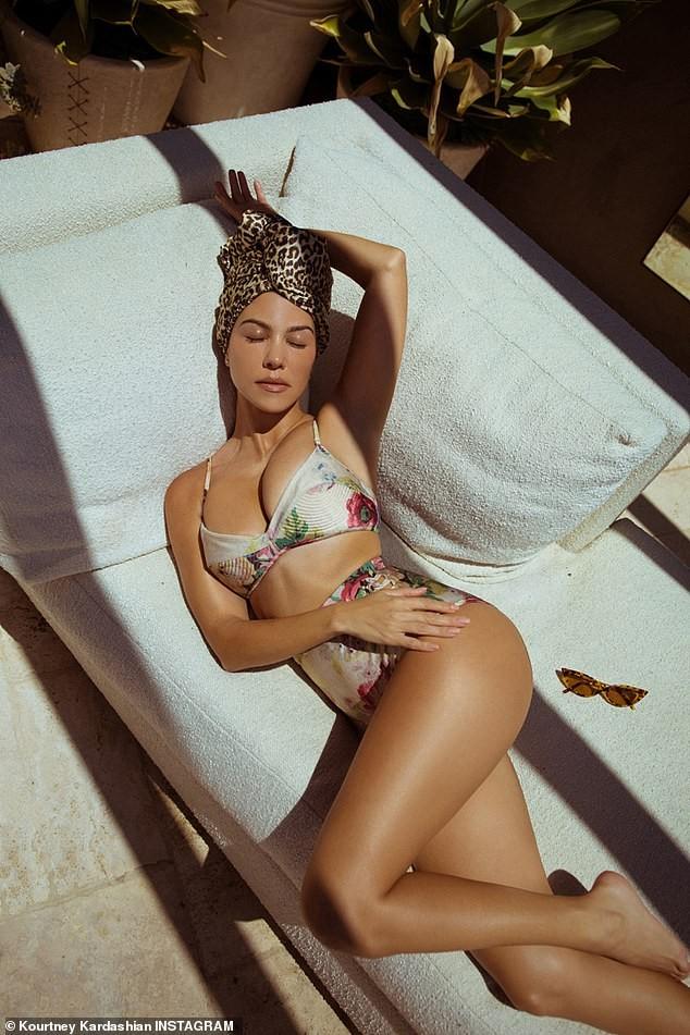 Kourtney Kardashian phanh áo khoe ngực đầy gợi cảm ở tuổi 40 - ảnh 8