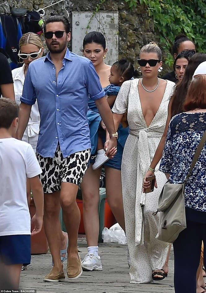 Kourtney Kardashian phanh áo khoe ngực đầy gợi cảm ở tuổi 40 - ảnh 6