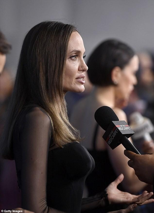Angelina Jolie diện đầm cocktail cắt xẻ gợi cảm  - ảnh 3