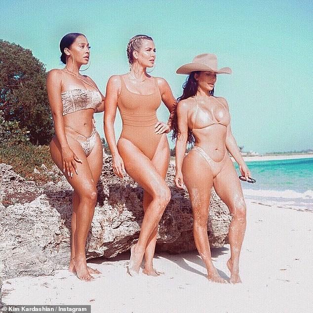 Kim Kardashian và hội chị em 'thiêu đốt' ánh nhìn với bikini màu nude - ảnh 1