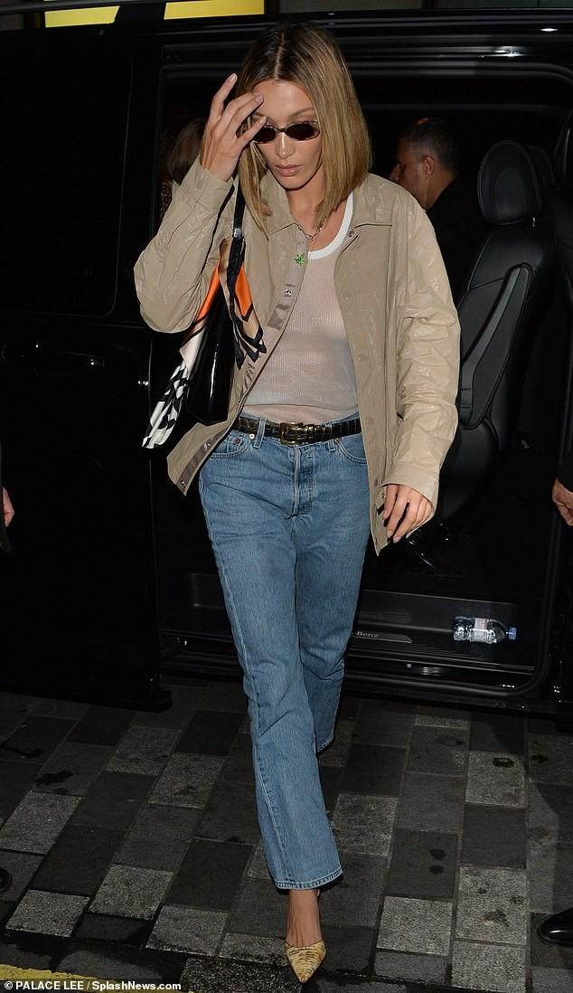 Bella Hadid lộ trọn ngực với áo mỏng tang, không nội y bị chỉ trích - ảnh 4