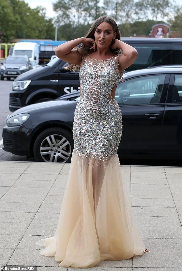 Dàn mỹ nhân truyền hình Anh nóng bỏng hớp hồn với váy áo gợi cảm - ảnh 2