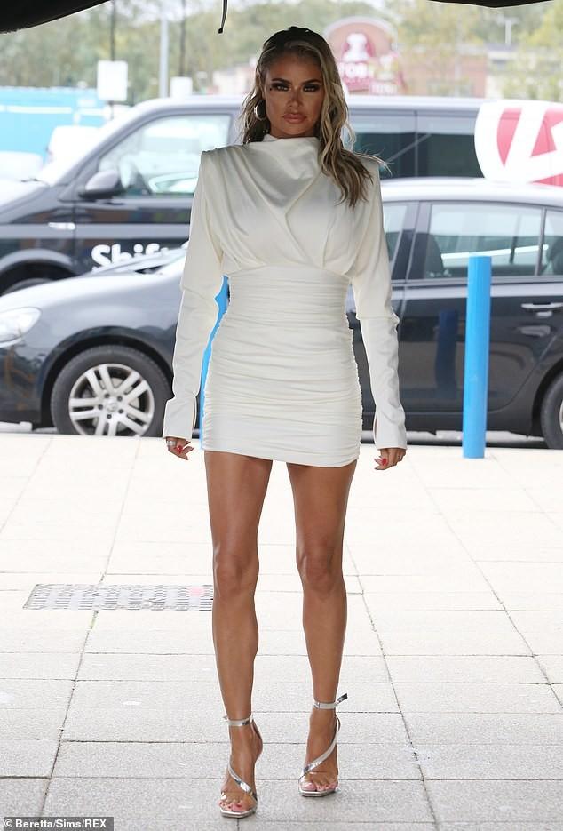 Dàn mỹ nhân truyền hình Anh nóng bỏng hớp hồn với váy áo gợi cảm - ảnh 4