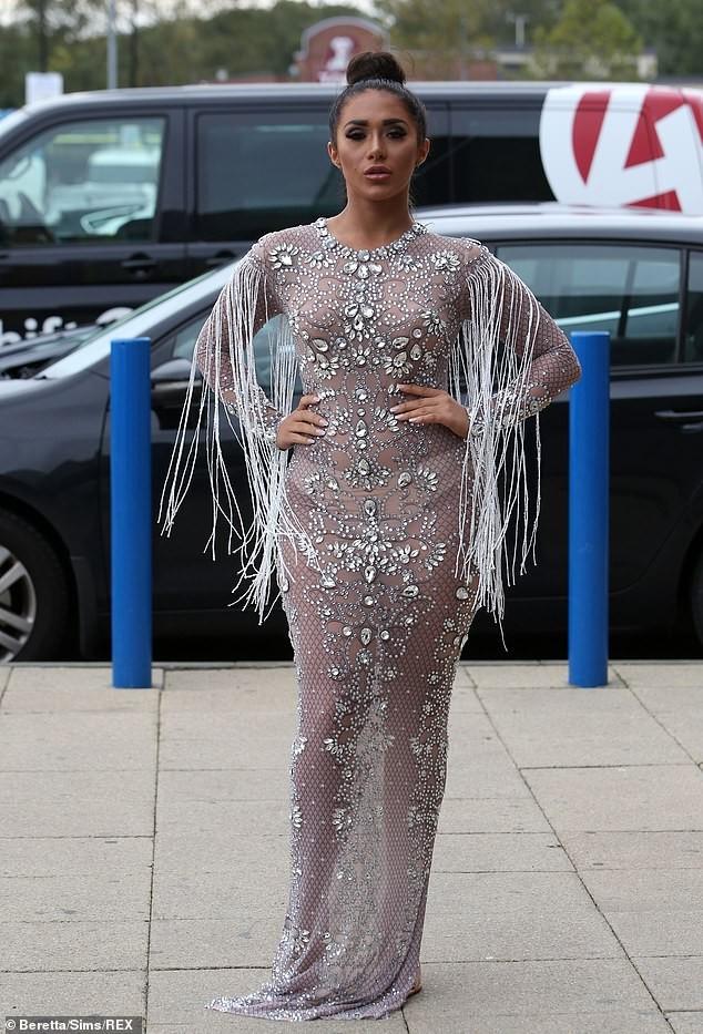 Dàn mỹ nhân truyền hình Anh nóng bỏng hớp hồn với váy áo gợi cảm - ảnh 6