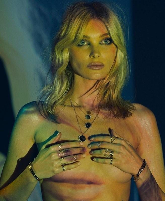 Siêu mẫu áo tắm Elsa Hosk ngực trần chụp ảnh nóng bỏng - ảnh 1