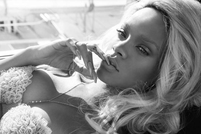 Không nội y, Rihanna khoe cơ thể quá nóng bỏng dưới lớp vải mỏng tang - ảnh 4