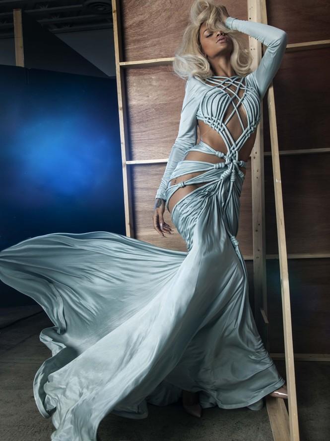 Không nội y, Rihanna khoe cơ thể quá nóng bỏng dưới lớp vải mỏng tang - ảnh 7