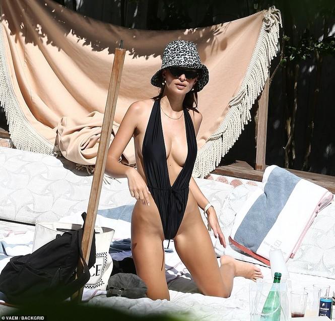 Emily Ratajkowski cởi áo khoe ngực đầy hút mắt ở bể bơi - ảnh 5