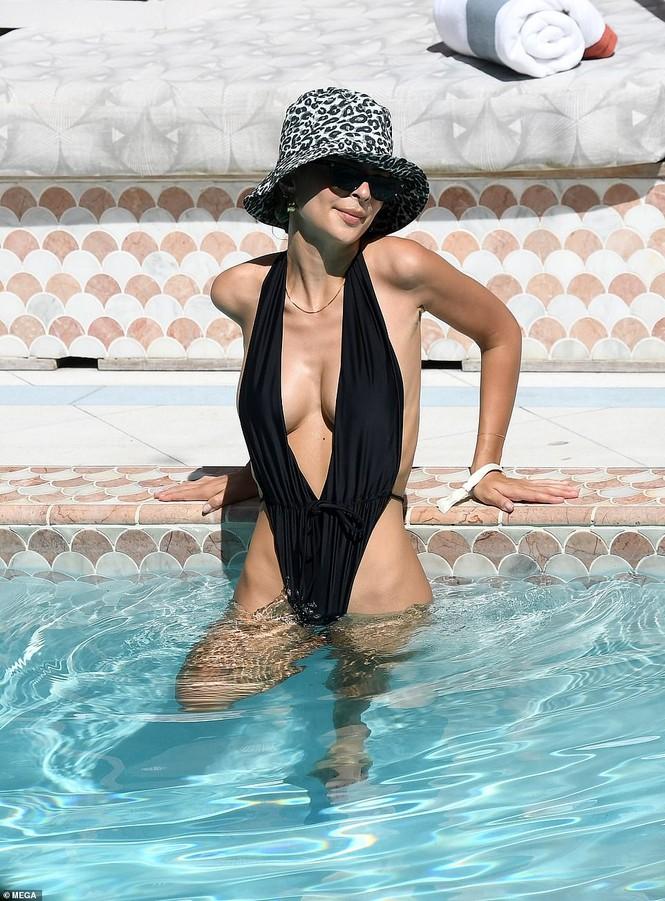 Emily Ratajkowski cởi áo khoe ngực đầy hút mắt ở bể bơi - ảnh 9