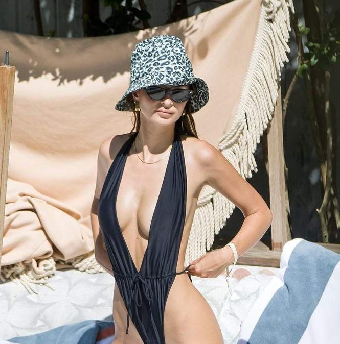 Emily Ratajkowski cởi áo khoe ngực đầy hút mắt ở bể bơi - ảnh 10