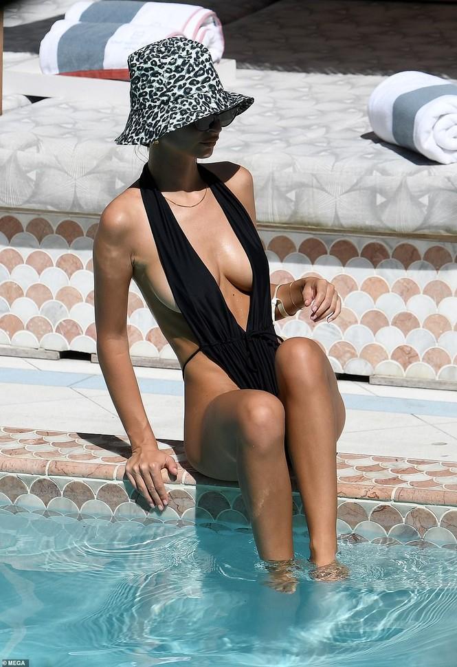 Emily Ratajkowski cởi áo khoe ngực đầy hút mắt ở bể bơi - ảnh 2