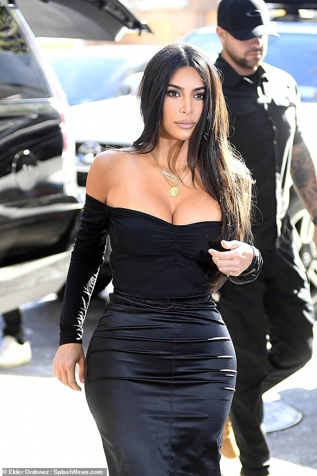 Kim Kardashian khoe ngực đầy 'nhức mắt' trên phố - ảnh 1