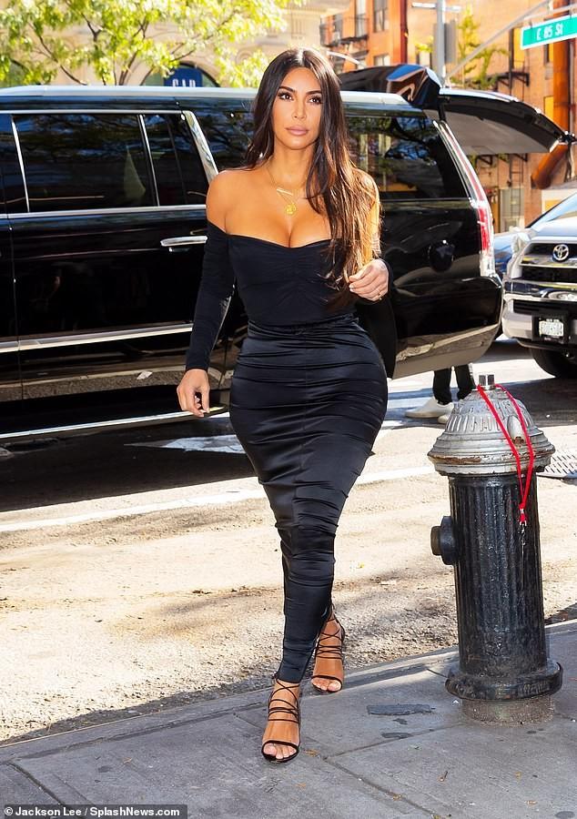 Kim Kardashian khoe ngực đầy 'nhức mắt' trên phố - ảnh 4