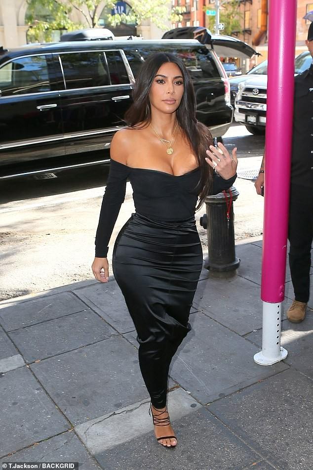Kim Kardashian khoe ngực đầy 'nhức mắt' trên phố - ảnh 5