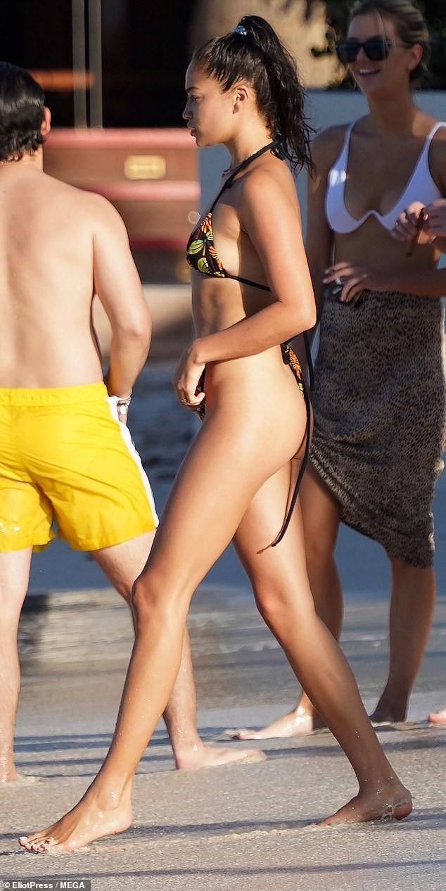 Siêu mẫu Úc Shanina Shaik mặc bikini bé xíu phô dáng nuột nà gợi cảm - ảnh 1