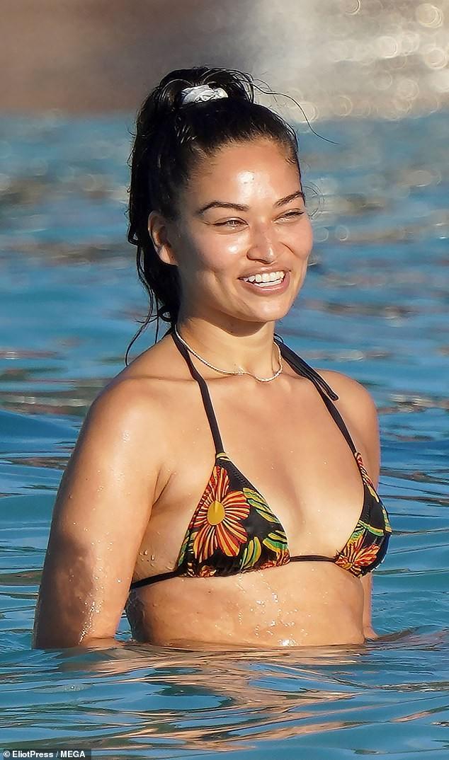 Siêu mẫu Úc Shanina Shaik mặc bikini bé xíu phô dáng nuột nà gợi cảm - ảnh 4