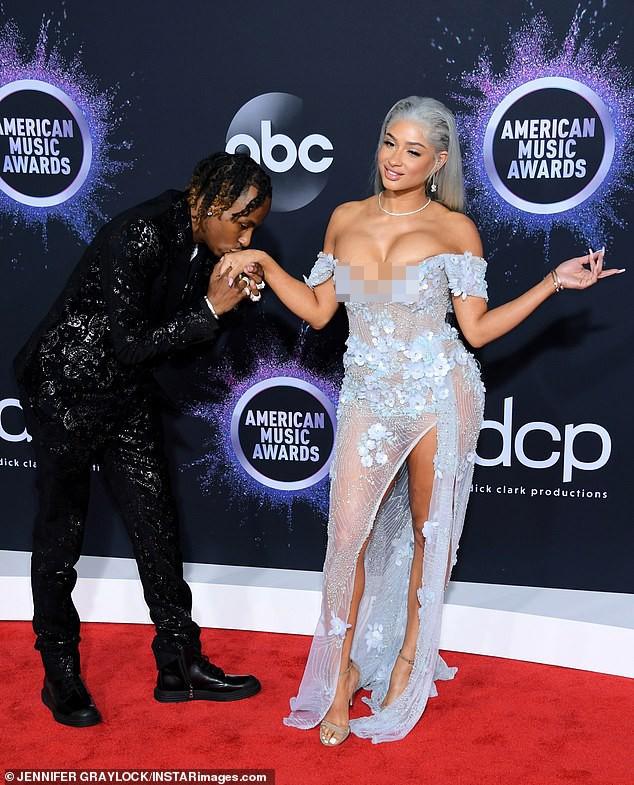 Cặp đôi hành động gợi dục phản cảm ở American Music Awards 2019  - ảnh 2