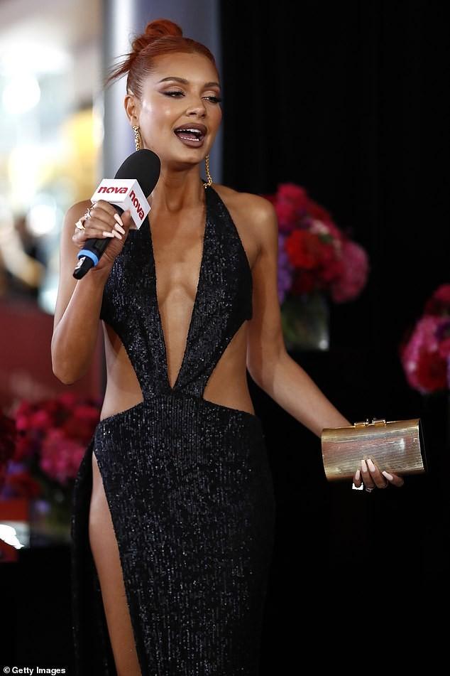Nữ DJ nóng bỏng mặc như không với váy cắt xẻ tứ bề - ảnh 5