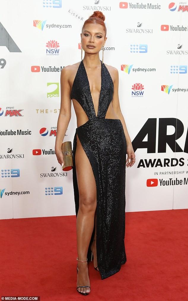 Nữ DJ nóng bỏng mặc như không với váy cắt xẻ tứ bề - ảnh 7