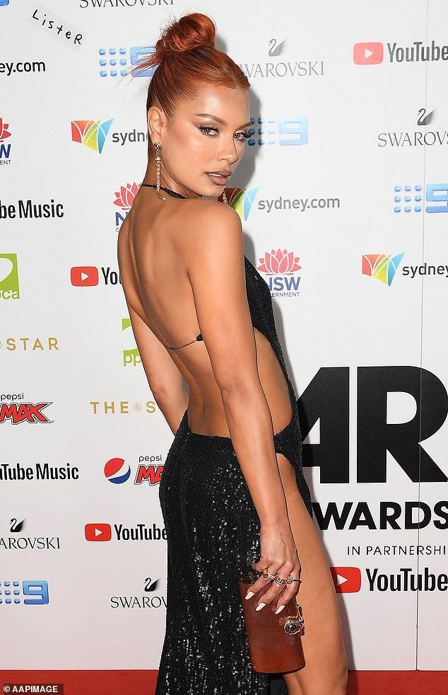 Nữ DJ nóng bỏng mặc như không với váy cắt xẻ tứ bề - ảnh 8