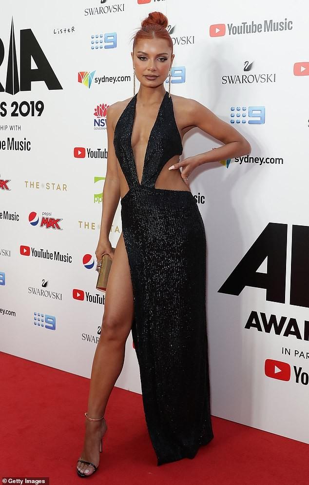 Nữ DJ nóng bỏng mặc như không với váy cắt xẻ tứ bề - ảnh 2