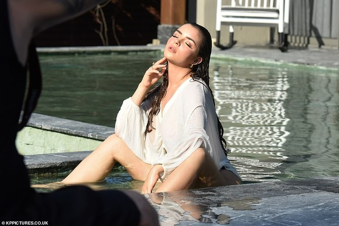 Không chỉ quý ông, chị em cũng phải mê mệt ngắm vẻ hững hờ này của Demi Rose - ảnh 2