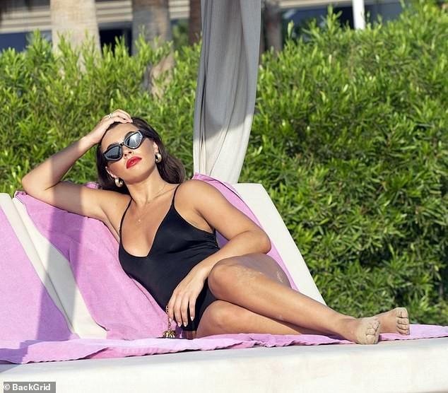 Mỹ nhân truyền hình Anh quốc nảy nở quyến rũ với áo tắm - ảnh 7