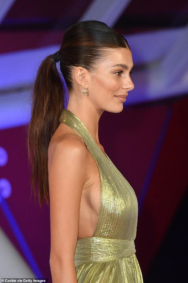 Bạn gái kém 23 tuổi của Leonardo DiCaprio quyến rũ với mốt không nội y - ảnh 1