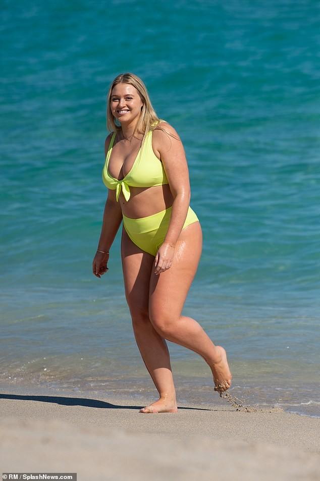 Siêu mẫu ngoại cỡ Iskra Lawrence bụng bầu 5 tháng vẫn mặc bikini 'bốc lửa' - ảnh 1