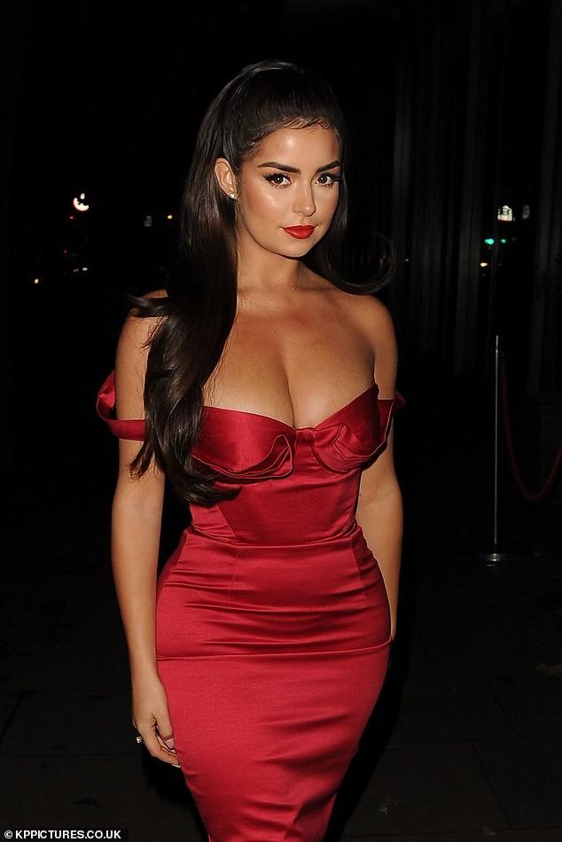 'Kim Kardashian nước Anh' mặc trễ vai khoe vòng 1 'nghẹt thở' - ảnh 1