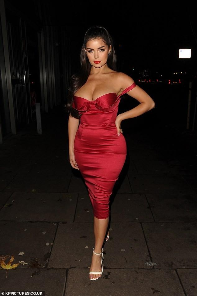 'Kim Kardashian nước Anh' mặc trễ vai khoe vòng 1 'nghẹt thở' - ảnh 2