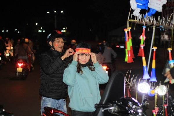 Triệu người xuống đường, phố phường rợp cờ ăn mừng U22 Việt Nam vô địch - ảnh 11