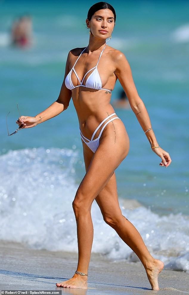 'Mỹ nhân nóng bỏng nhất Canada' mặc bikini bé xíu phô đường cong tuyệt mỹ - ảnh 1