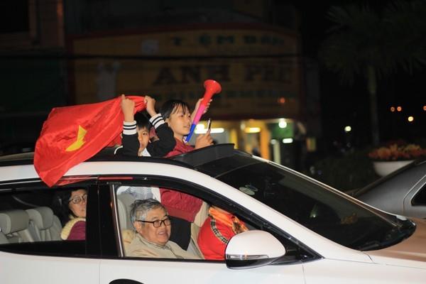 Triệu người xuống đường, phố phường rợp cờ ăn mừng U22 Việt Nam vô địch - ảnh 12
