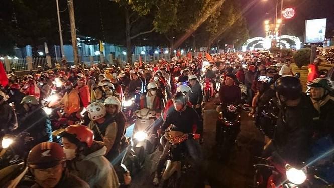 Triệu người xuống đường, phố phường rợp cờ ăn mừng U22 Việt Nam vô địch - ảnh 27