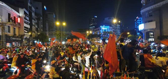 Triệu người xuống đường, phố phường rợp cờ ăn mừng U22 Việt Nam vô địch - ảnh 6