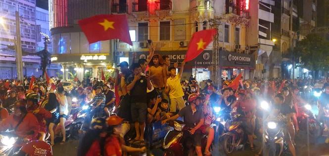 Triệu người xuống đường, phố phường rợp cờ ăn mừng U22 Việt Nam vô địch - ảnh 7