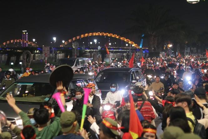 Triệu người xuống đường, phố phường rợp cờ ăn mừng U22 Việt Nam vô địch - ảnh 15